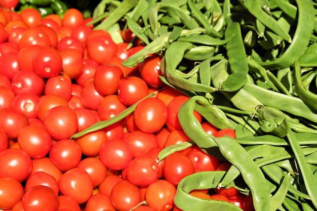 Tomate cereja e feijão em mercado de tenda no sul da espanha