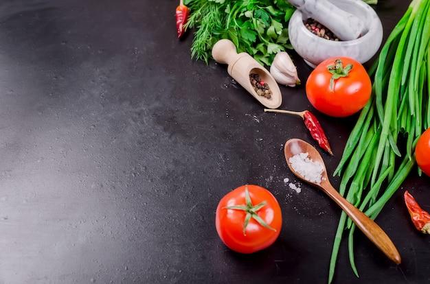 Tomate cereja em um galho, óleo, salsa e especiarias