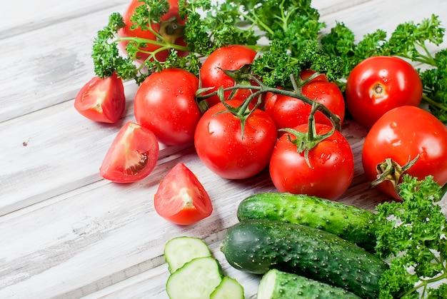 Tomate cereja em um galho, pepino, salsa