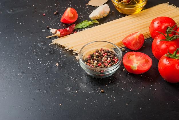 Tomate cereja em um ramo, espaguete, azeite, salsa e especiarias