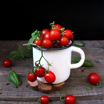 Tomate cereja em uma caneca