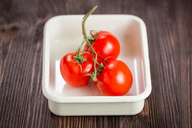 Tomate cereja em uma mesa de madeira