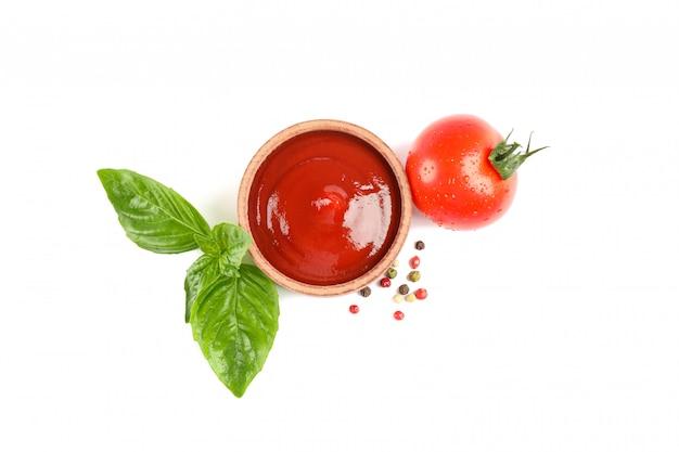 Tomate cereja fresco com manjericão, molho e especiarias isoladas no espaço em branco, vista superior. legumes maduros