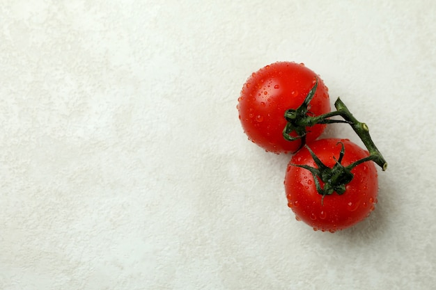 Tomate cereja fresco com textura branca