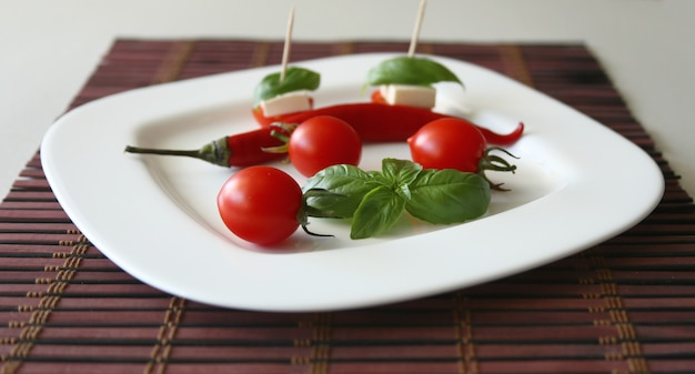 Tomate cereja fresco e pimentão na chapa branca