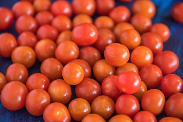 Tomate cereja fresco em texturas azuis