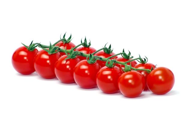 Tomate cereja isolado no branco