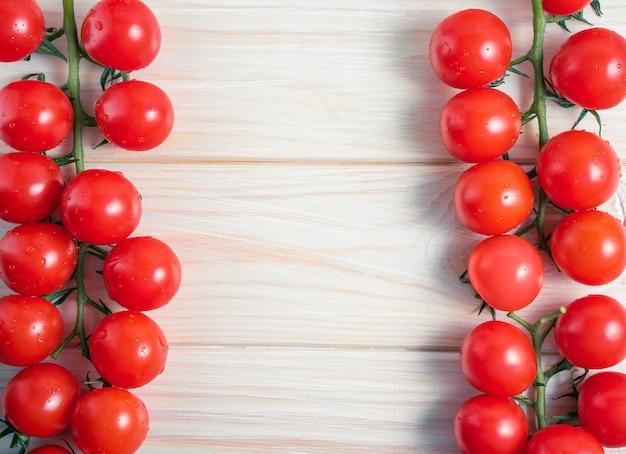 Tomate cereja na mesa de madeira branca