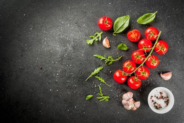 Tomate cereja na mesa de pedra escura