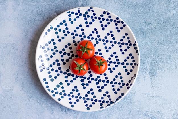 Tomate cereja no prato pontilhado azul