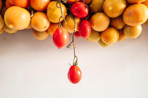 Tomate cereja pendurado na parede no sul da itália