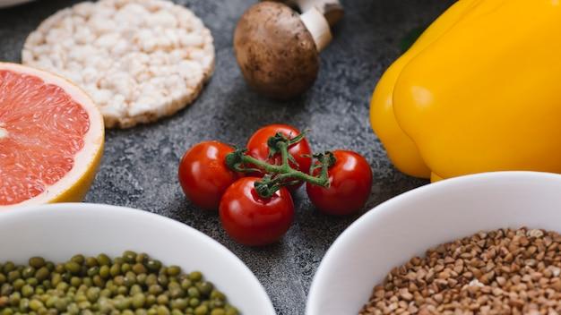Tomate cereja vermelho; cogumelo; bolo de arroz tufado; toranja; pimentão; feijão mungo e sementes de feno-grego