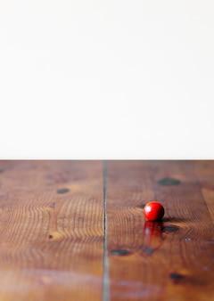 Tomate cereja vermelho no pano de fundo de textura de madeira