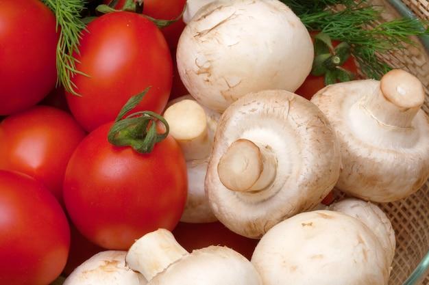 Tomate, cogumelos e erva-doce