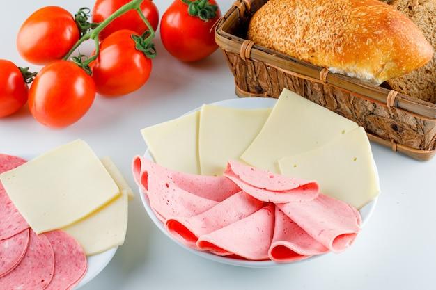 Tomate com pão, queijo, salsicha, vista de alto ângulo