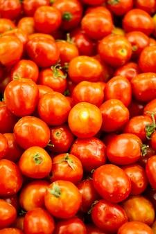 Tomate com um pano de fundo de tomate
