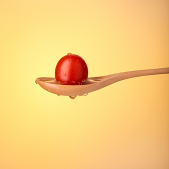 Tomate de cereja fresco colorido na colher. fechar-se