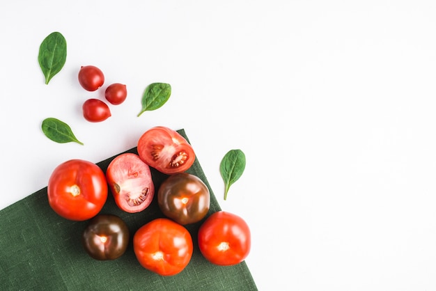 Tomate e espinafre em guardanapo