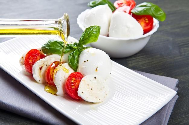 Tomate e mussarela com manjericão