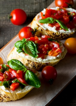 Tomate e queijo fresco feito bruschetta.