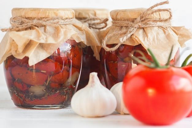 Tomate em jarra. tomates secos caseiros. fechamento temporário. conservas de verão e outono. conservar com especiarias e legumes.
