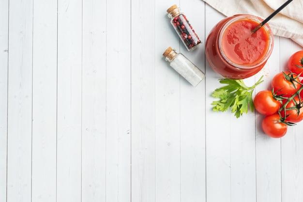 Tomate em suco ou pasta de tomate em uma jarra de vidro