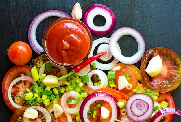 Tomate fatiado, pepino, cebola e verduras