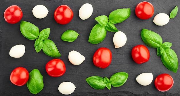 Tomate folhas de manjericão e mussarela
