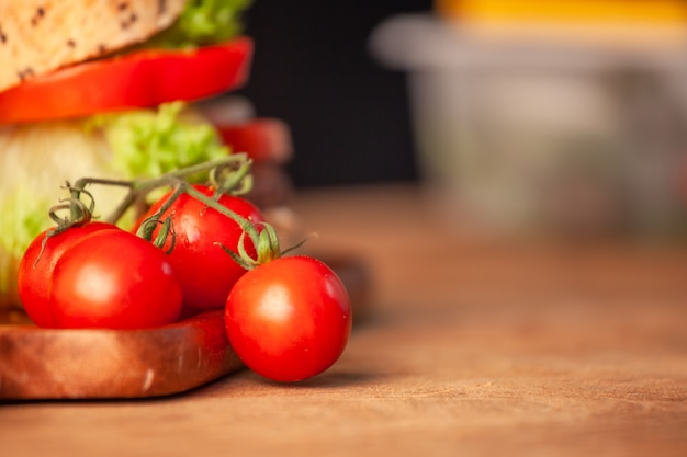 Tomate fresco com hambúrguer caseiro na cozinha