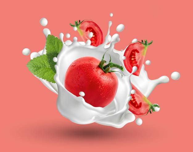 Tomate fresco e fatias de tomate com leite iogurte splash