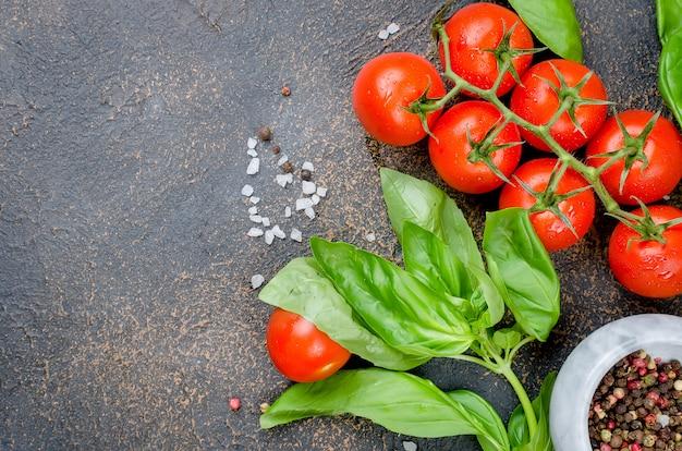 Tomate, manjericão e tempero peper