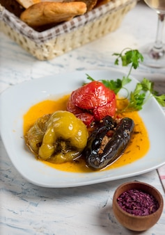 Tomate, pimentão verde e berinjela recheada com carne e arroz, legumes em molho de óleo, dolma.