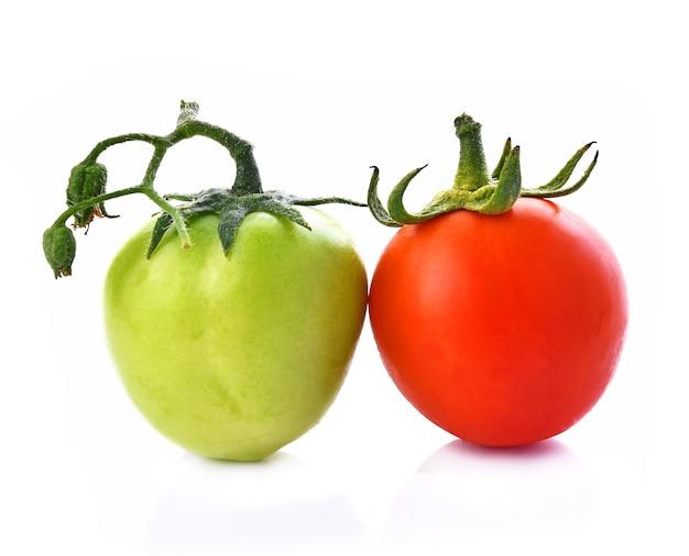 Tomate verde e vermelho em fundo branco