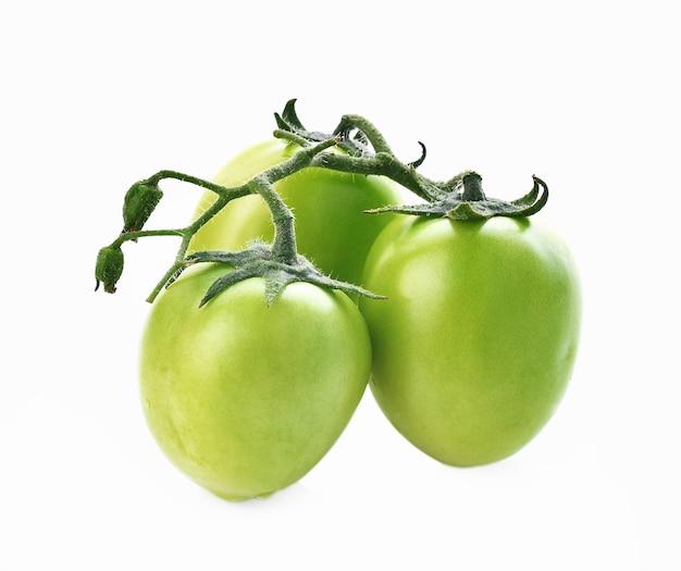 Tomate verde em fundo branco