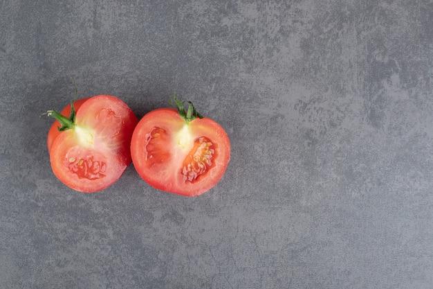 Tomate vermelho fatiado sobre fundo de mármore. foto de alta qualidade