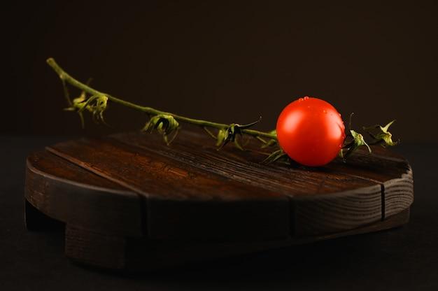 Tomate vermelho na mesa de madeira