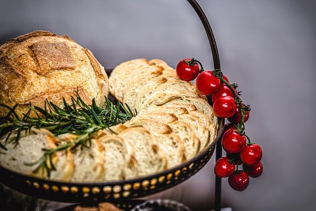 Tomate vermelho usado como decoração com pão e torradas
