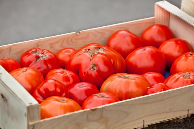 Tomates à venda em um mercado de fazendeiros