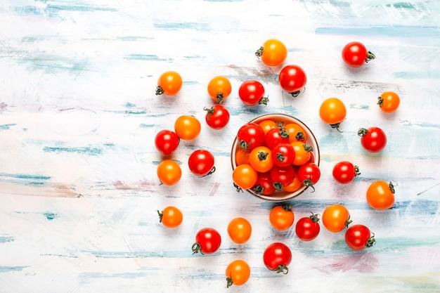 Tomates cereja amarelos e vermelhos.