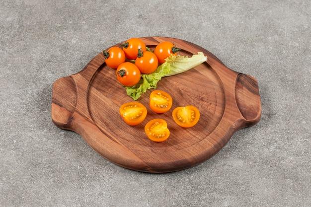 Tomates cereja amarelos parcialmente cortados e inteiros.