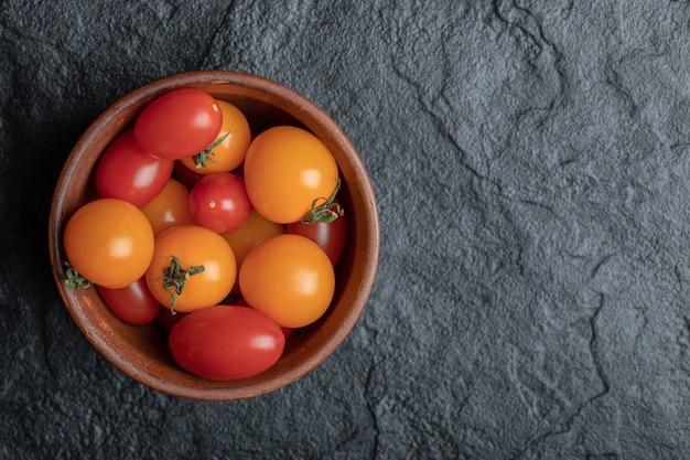 Tomates cereja coloridos orgânicos frescos em uma tigela.