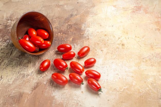 Tomates cereja de vista frontal espalhados da tigela em âmbar