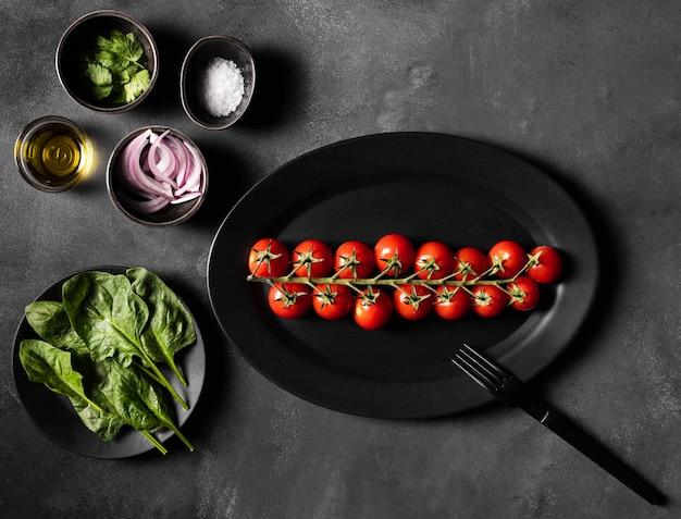Tomates cereja e vegetais para salada