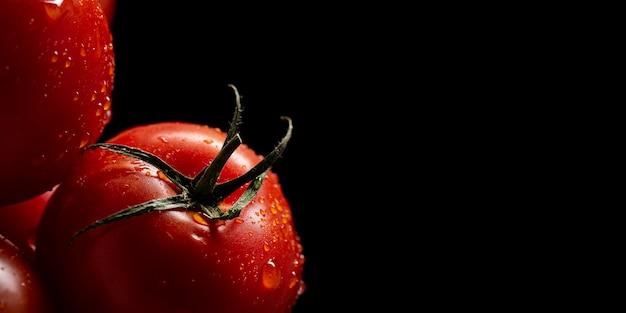 Tomates cereja em close-up com cópia-espaço