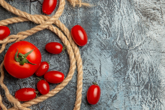 Tomates cereja frescos com cordas na vista superior