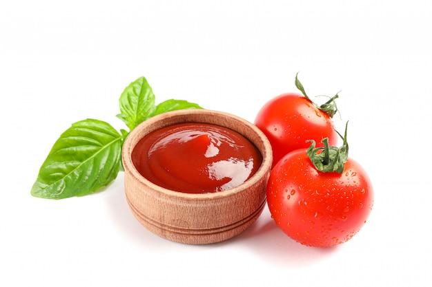 Tomates cereja frescos com manjericão e molho isolado no espaço em branco. legumes maduros