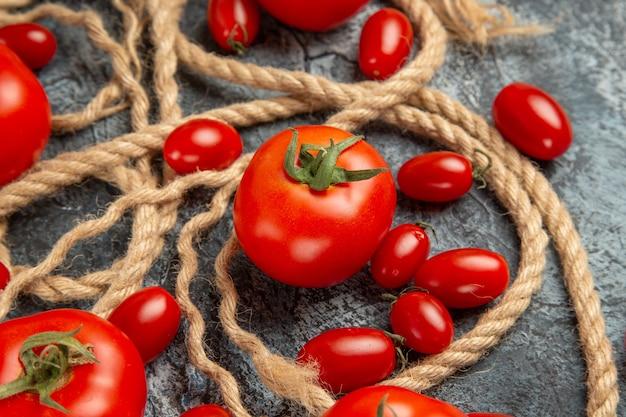 Tomates cereja frescos de vista frontal com cordas
