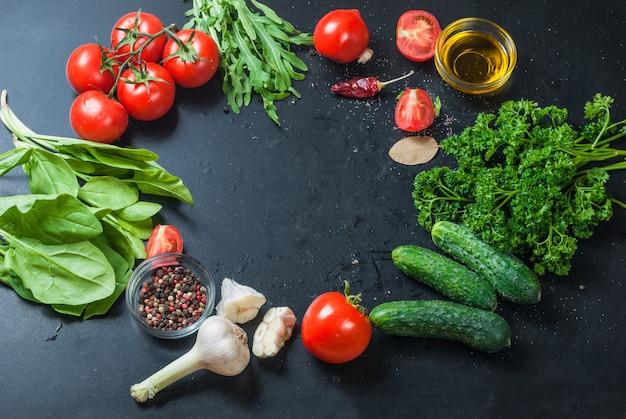Tomates cereja maduros em um ramo, salsa, alho e especiarias