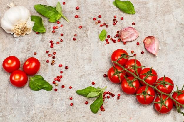 Tomates cereja no galho em uma mesa de mármore