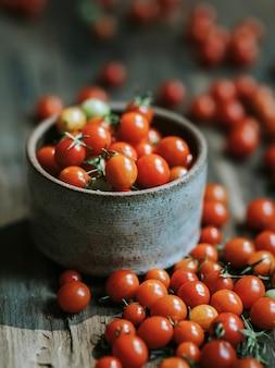 Tomates-cereja vermelhos orgânicos frescos